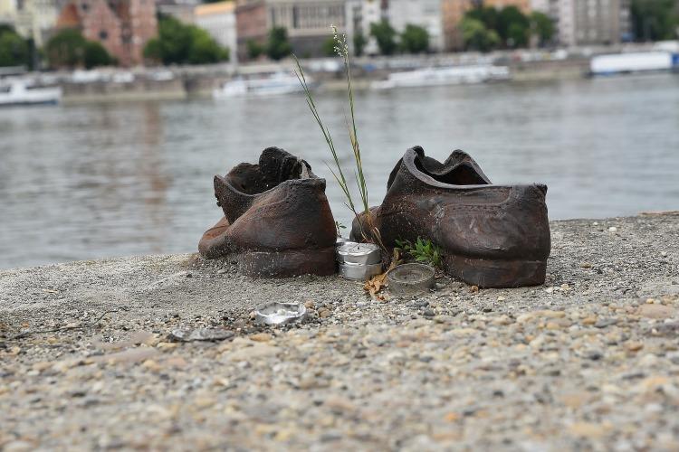 https://pixabay.com/en/danube-jew-shoe-world-war-river-3163188/