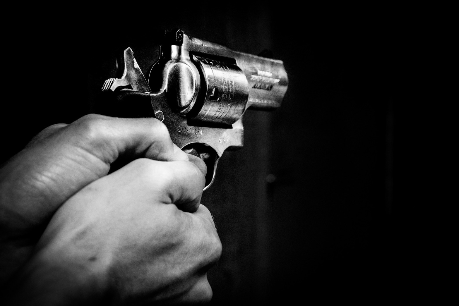 https://pixabay.com/en/gun-hands-black-weapon-man-crime-1678989/